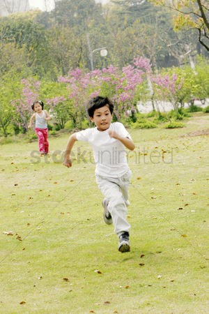 公园户外 : A boy and a girl running in the park