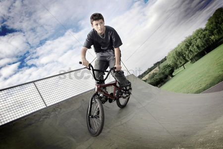 环境 : A boy cycling in a skateboard park