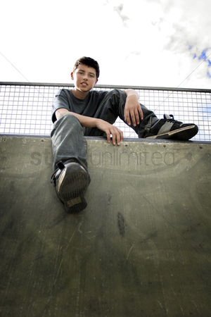公园户外 : A boy sitting in a skateboard park
