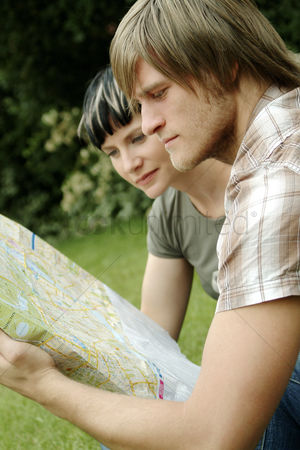 公园户外 : A couple analyzing a map in the park