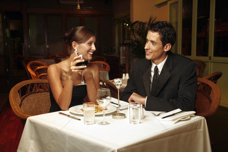 庆典 : A couple having dinner in a restaurant