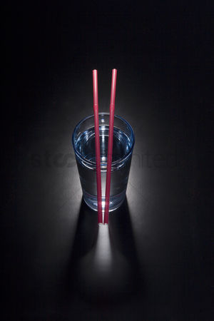 饮料 : A glass of water and two drinking straws