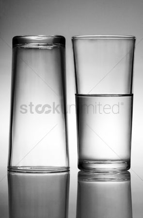 饮料 : A glass of water beside an empty glass