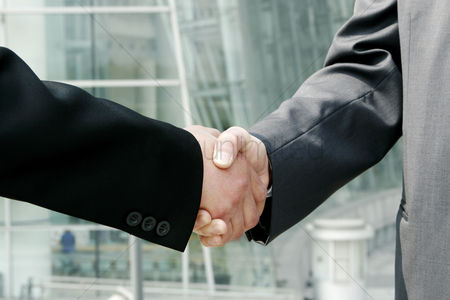 人 : A handshake between two businessmen