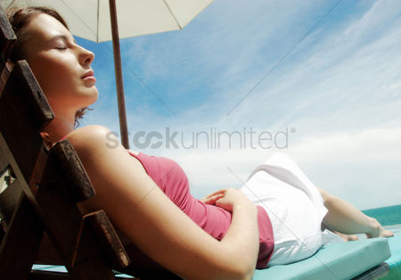 她 : A lady relaxing by the beach