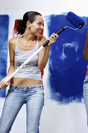 内饰 : A woman in jeans playing with a roller