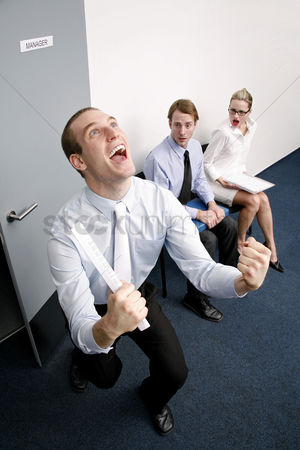 环境 : An overjoyed businessman after passing a job interview