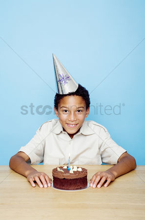 食物 : Boy posing with his birthday cake