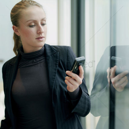 技术 : Business lady using cell phone