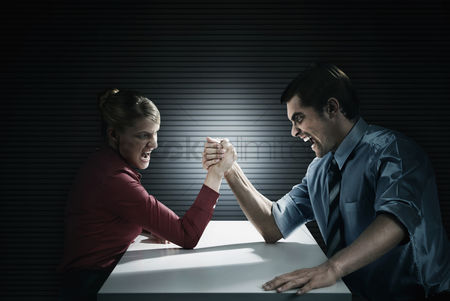 业务 : Business people arm wrestling
