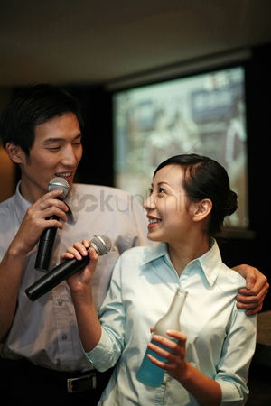 食物 : Business people singing karaoke after work