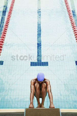 体育 : Businessman about to jump off the diving board