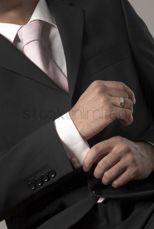 美女时尚 : Businessman adjusting her sleeve