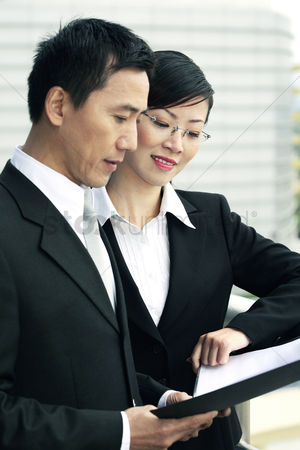 人 : Businessman and businesswoman having discussion