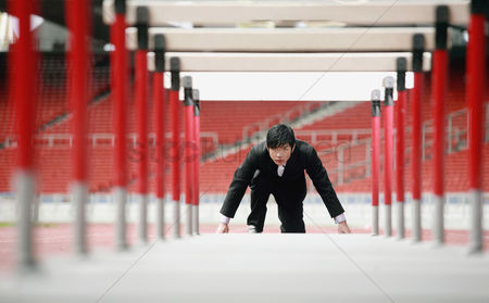 体育 : Businessman preparing to jump hurdles