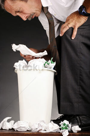 垃圾 : Businessman ransacking a dustbin