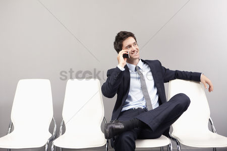 技术 : Businessman talking on mobile phone