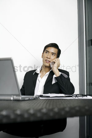 技术 : Businessman talking on the phone