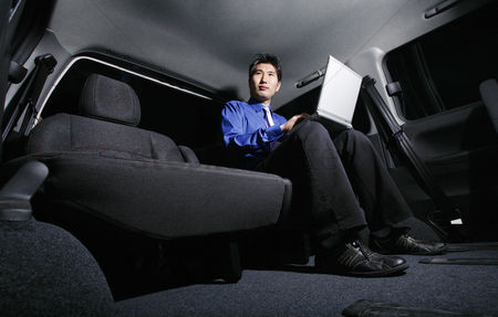 技术 : Businessman using laptop in the car