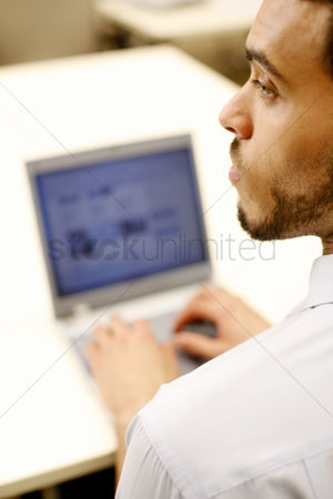技术 : Businessman using laptop