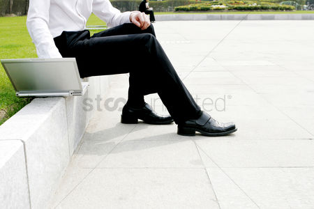 流动性 : Businessman using laptop