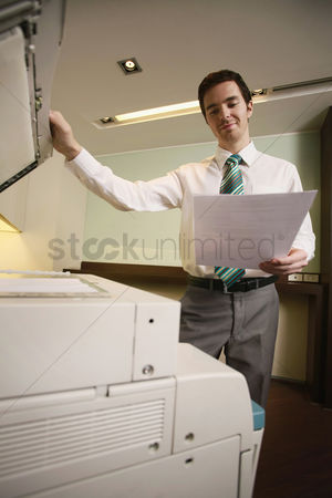 技术 : Businessman using photocopier