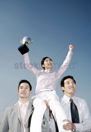动机 : Businessmen lifting up a female winner