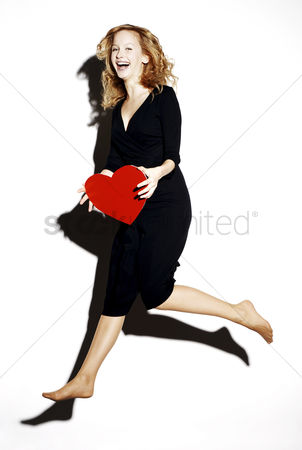 心脏 : Businesswoman holding a red heart