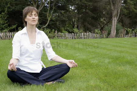 公园户外 : Businesswoman meditating in the park