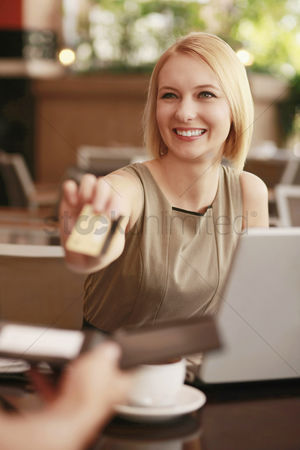 食物 : Businesswoman paying with credit card