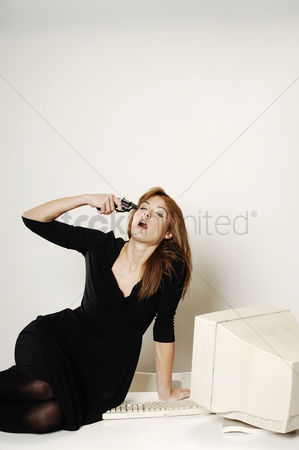 正式服装 : Businesswoman pointing a gun at her head