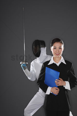 体育 : Businesswoman posing with a man in the background