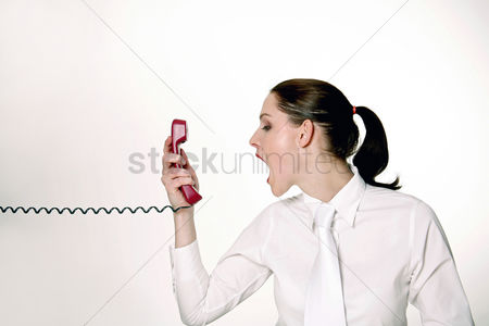 环境 : Businesswoman screaming into the phone