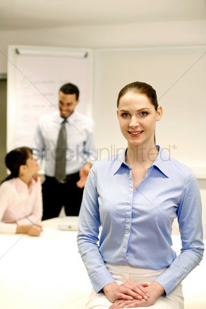 环境 : Businesswoman smiling at the camera