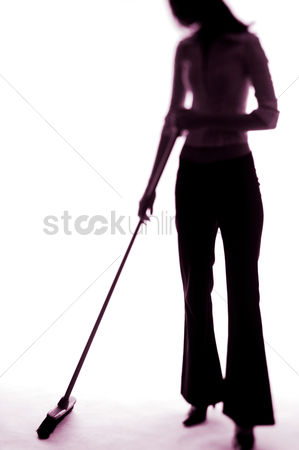 垃圾 : Businesswoman sweeping the floor