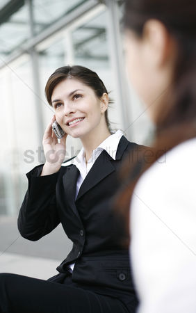 她 : Businesswoman talking on the hand phone