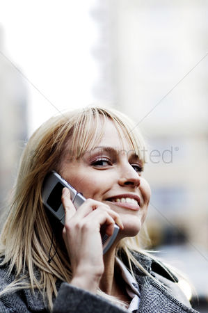 技术 : Businesswoman talking on the mobile phone