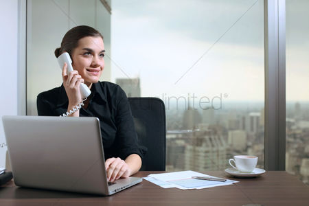 技术 : Businesswoman talking on the phone