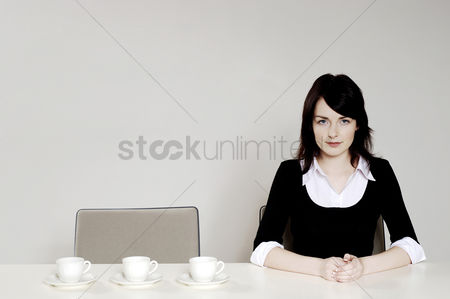 食物 : Businesswoman with three coffee cups beside her