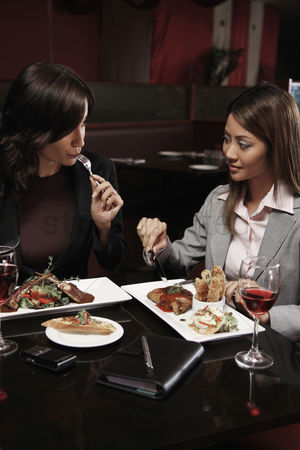 食物 : Businesswomen having lunch together