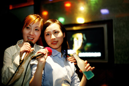 她 : Businesswomen singing karaoke after work