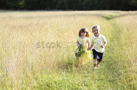 草 : Children wandering in the meadow