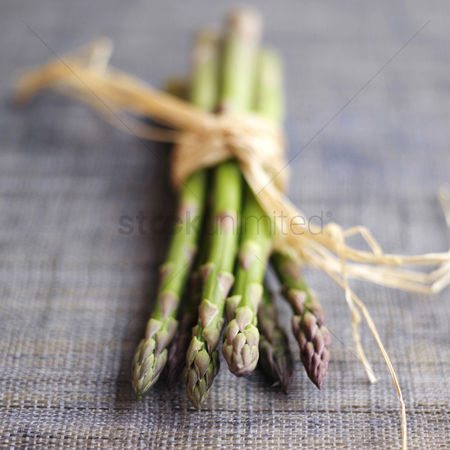 食物 : Close up of a bundle of asparagus