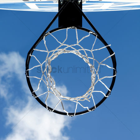 公园户外 : Close up of basketball hoop