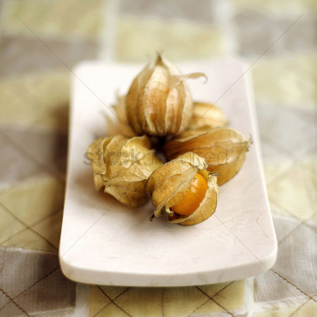 食物 : Close up of physalis on a small plate