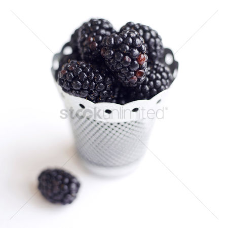 食物 : Close up of some blackberries in a container