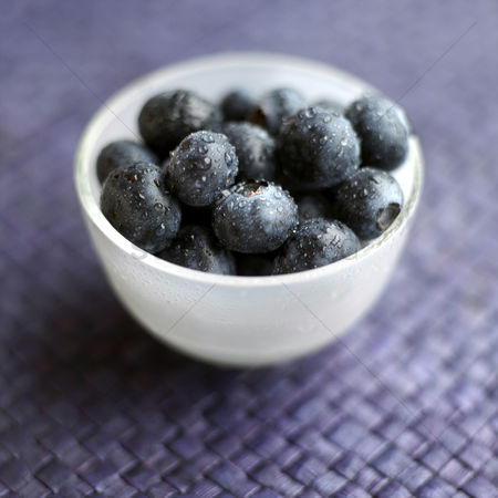 食物 : Close up of some blueberries in a bowl