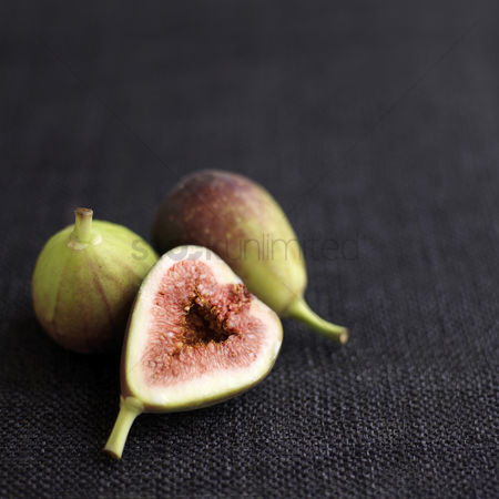 食物 : Close up of some figs on table