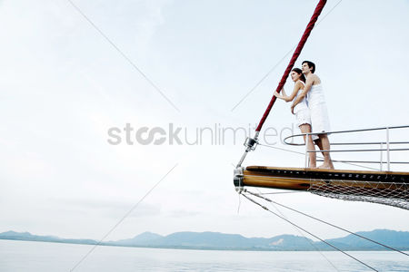 她 : Couple cruising on a yacht