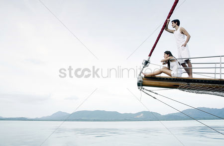 人 : Couple cruising on a yacht